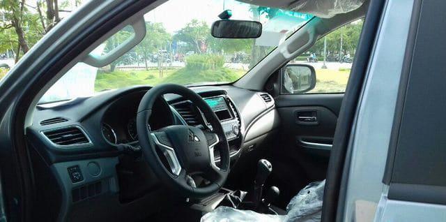Tay lái Mitsubishi Triton 4x4 MT Muaxegiatot vn - Chi tiết xe Mitsubishi Triton 4×4 MT (Số sàn, 2 cầu) - Muaxegiatot.vn
