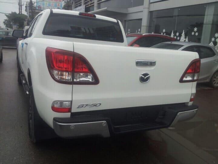 bt 50 3 2l at 4wd exterior white 5 muaxegiatot vn - Chi tiết xe Mazda BT-50 3.2L AT 4WD (Hai cầu, số tự động, phiên bản cao cấp) - Muaxegiatot.vn